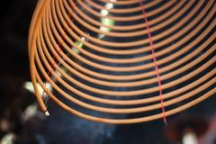 Brennende chinesische Kreisräucherstäbchen Stockfotos