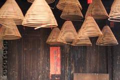 Brennende chinesische Kreisräucherstäbchen und Distichon Stockbild