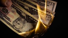 Brennende Dollar schließen oben über schwarzem Hintergrund stock video footage