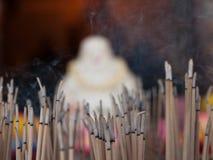 Brennende Duftsteuerknüppel stockfotos