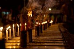 Brennende Duftsteuerknüppel und -kerze Lizenzfreies Stockfoto