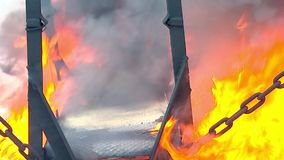 Brennende Eisenbrücke, beeinflussende Flamme, Metallkette stock video