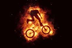 Brennende Fahrrad bmx Radfahrer bikinig Feuerflammen Stockfotos