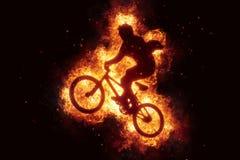 Brennende Fahrrad bmx Radfahrer bikinig Feuerflammen Lizenzfreie Stockfotos