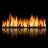 Brennende Feuerflamme auf schwarzem Hintergrund Stockbild