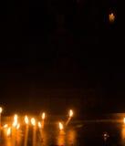Brennende Gebetskerzen in einer Dunkelheit Stockbild