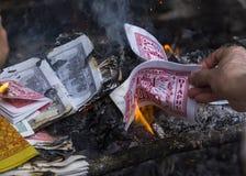 Brennende gefälschte Dollar und Dong bei einem Pfosten Pagod Lizenzfreies Stockfoto