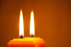 Brennende gelbe Kerzen Stockfotos