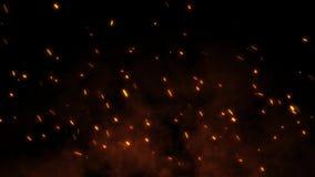 Brennende glühende Funken fliegen weg von großem Feuer im nächtlichen Himmel