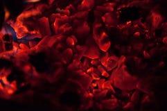 Brennende Glut in der Dunkelheit Stockfotos