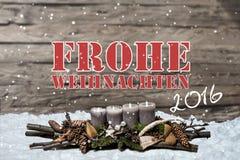 Brennende graue Kerze der Dekoration 2016 der frohen Weihnachten verwischte Hintergrundschnee-Textnachrichtdeutschen Stockbild
