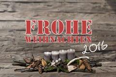 Brennende graue Kerze der Dekoration 2016 der frohen Weihnachten verwischte Hintergrundtextnachrichtdeutschen Lizenzfreies Stockfoto