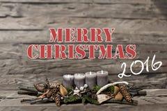 Brennende graue Kerze der Dekoration 2016 der frohen Weihnachten verwischte Hintergrundtextnachrichtenglisch Lizenzfreie Stockfotografie