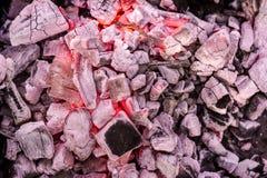 Brennende Grillkohlen als Muster stockfotografie