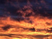 Brennende Himmelwolken bei Sonnenuntergang Lizenzfreie Stockfotos