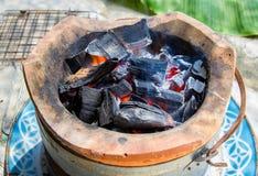 Brennende Holzkohle im alten Ofen Lizenzfreie Stockfotografie