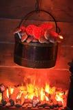 Brennende Kaminhexe, die das Gebräu der Hexe vorbereitet stockfotografie