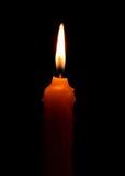 brennende Kerze auf dunklem backgroud Lizenzfreie Stockfotos
