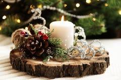Brennende Kerze auf einem hölzernen Stand Stockbild