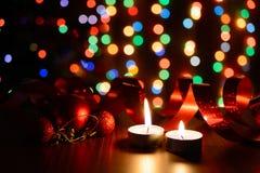 Brennende Kerze auf einer Tabelle mit Weihnachtsdekorationen Lizenzfreie Stockbilder