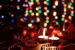 Brennende Kerze auf einer Tabelle mit Weihnachtsdekorationen Stockfotos