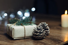 Brennende Kerze auf einer Tabelle mit Weihnachtsdekorationen Lizenzfreies Stockfoto
