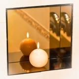 Brennende Kerze auf Regal des kugelförmigen Spiegels Lizenzfreie Stockfotografie