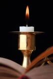 Brennende Kerze auf Schwarzem Lizenzfreies Stockbild