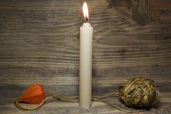 Brennende Kerze der Kirche stockbild