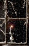Brennende Kerze in Fenster 2 Stockfotos