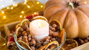 Brennende Kerze im Herbstdekor stockfotografie