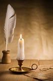 Brennende Kerze im Weinlesekerzenhalter Lizenzfreies Stockfoto