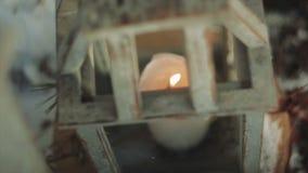 Brennende Kerze innerhalb des Laternen-Weinlese-Graus stock video footage