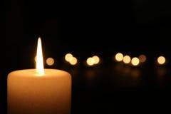 Brennende Kerze nachts Stockbild