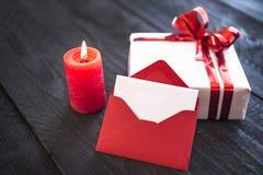 Brennende Kerze und leerer Buchstabe Lizenzfreies Stockfoto