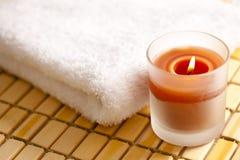 Brennende Kerze und Tuch Stockfotografie