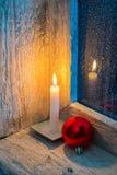 Brennende Kerze und Weihnachtsverzierungen Stockfotografie