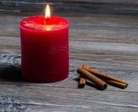 Brennende Kerze und Zimt Lizenzfreie Stockbilder