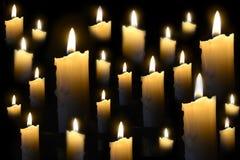Brennende Kerzen auf der Dunkelheit Lizenzfreie Stockbilder