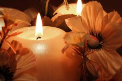 Brennende Kerzen auf dunklem Hintergrund Stockfoto