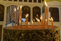 Brennende Kerzen auf einem Kirchenkandelaber Stockbilder
