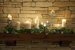 Brennende Kerzen auf einem Umhang-Stück Lizenzfreies Stockfoto