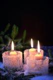 Brennende Kerzen auf einem Winterhintergrund Stockfotografie