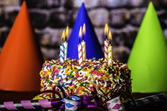 Brennende Kerzen auf Geburtstags-Kuchen Lizenzfreie Stockfotografie
