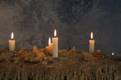 Brennende Kerzen auf geschmolzenem Wachs Viele brennende Kerzen Viele brennende Kerzen Lizenzfreies Stockfoto