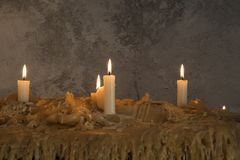 Brennende Kerzen auf geschmolzenem Wachs Viele brennende Kerzen Viele brennende Kerzen Lizenzfreie Stockfotos