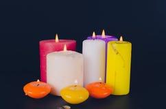 Brennende Kerzen auf schwarzem Hintergrund Lizenzfreie Stockfotos