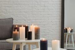 Brennende Kerzen auf Tabellen stockbild