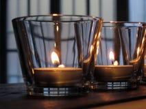Brennende Kerzen in den Gläsern auf rustikalem hölzernem Stockfoto