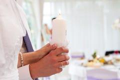 Brennende Kerzen in den Händen der Jungvermählten stockbild